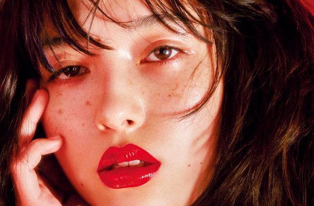 붉게 상기된 뺨, 라인이 흐트러진 입술, 땀으로 촉촉해진 피부까지. 클라이막스를 향해 가는 6가지 표정.의 썸네일 이미지