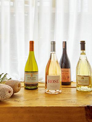 겨울을 수 놓는 와인 파티 테이블