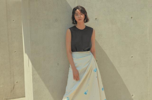 여름 한가운데에서 배우 권나라가 청량한 햇살을 한 입 베어 물었다.의 썸네일 이미지