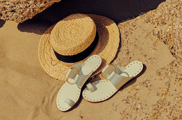 여름 바다와 어울리는 슬라이드 슈즈의 썸네일 이미지
