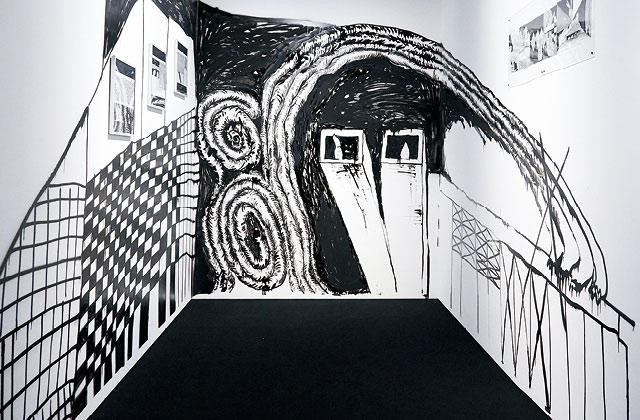 서울시 종로구 견지동 B동 301호에 상상을 뛰어넘는 새로운 세계가 착륙했다. 이 방의 주인은 인간의 삶과 죽음에 관한 고찰을 흥미롭게 풀어내는 작가 심래정이다.의 썸네일 이미지
