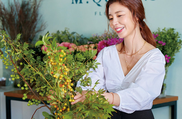 배우 김규리는 스스로를 부지런하게 만들기 위해 끊임없이 새로운 취미에 도전한다. 그녀가 꽃보다 아름다운 건, 자신의 삶을 가꾸고 돌볼 줄 알기 때문이다.의 썸네일 이미지