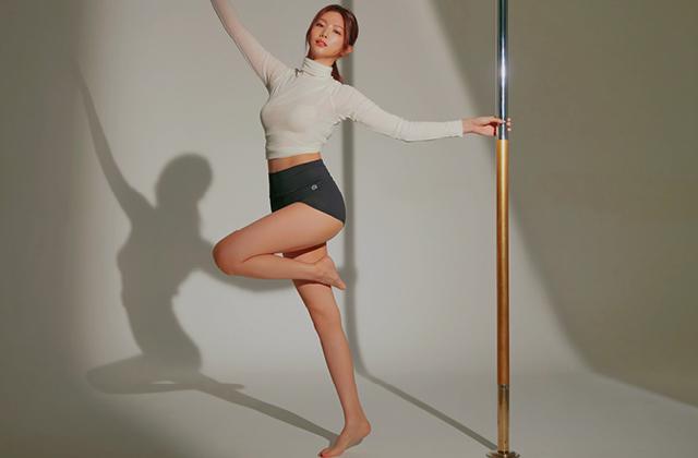 허공에서 우아하게 춤을 추는 폴댄스는 생각 이상으로 근력을 요하지만 기술만 잘 익힌다면 생각보다 쉽게 동작을 연출할 수 있다. 배우 이가은은 체지방을 덜어내고 보디라인을 단단하게 다듬는 데에 폴댄스만한 운동이 없다고 고백한다.의 썸네일 이미지
